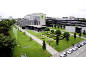 Gartenlandschaft vor einem Gebäude