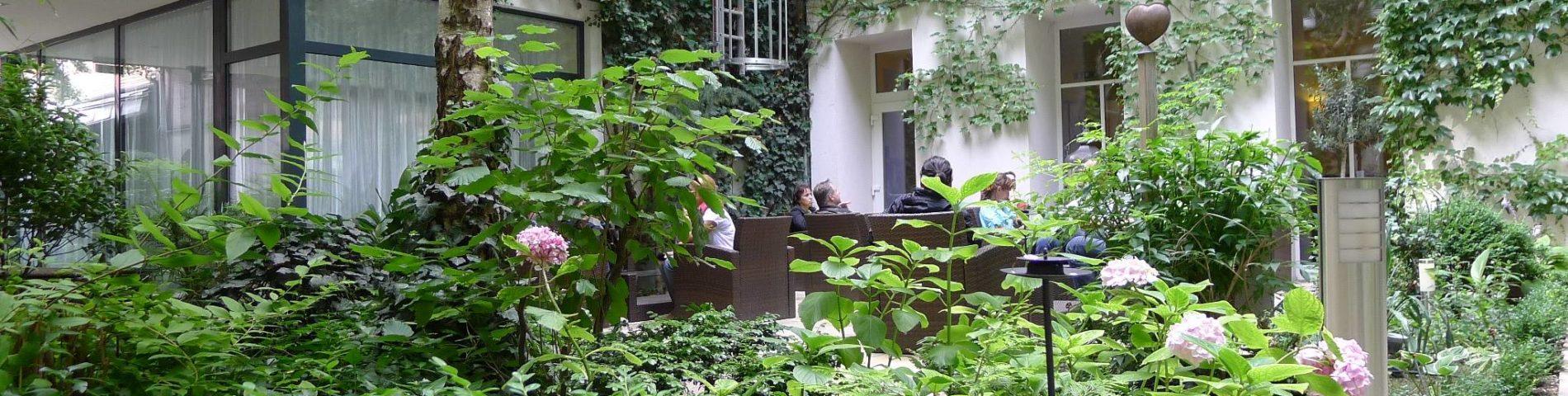 Fassadenbegrünung in einem Innenhof