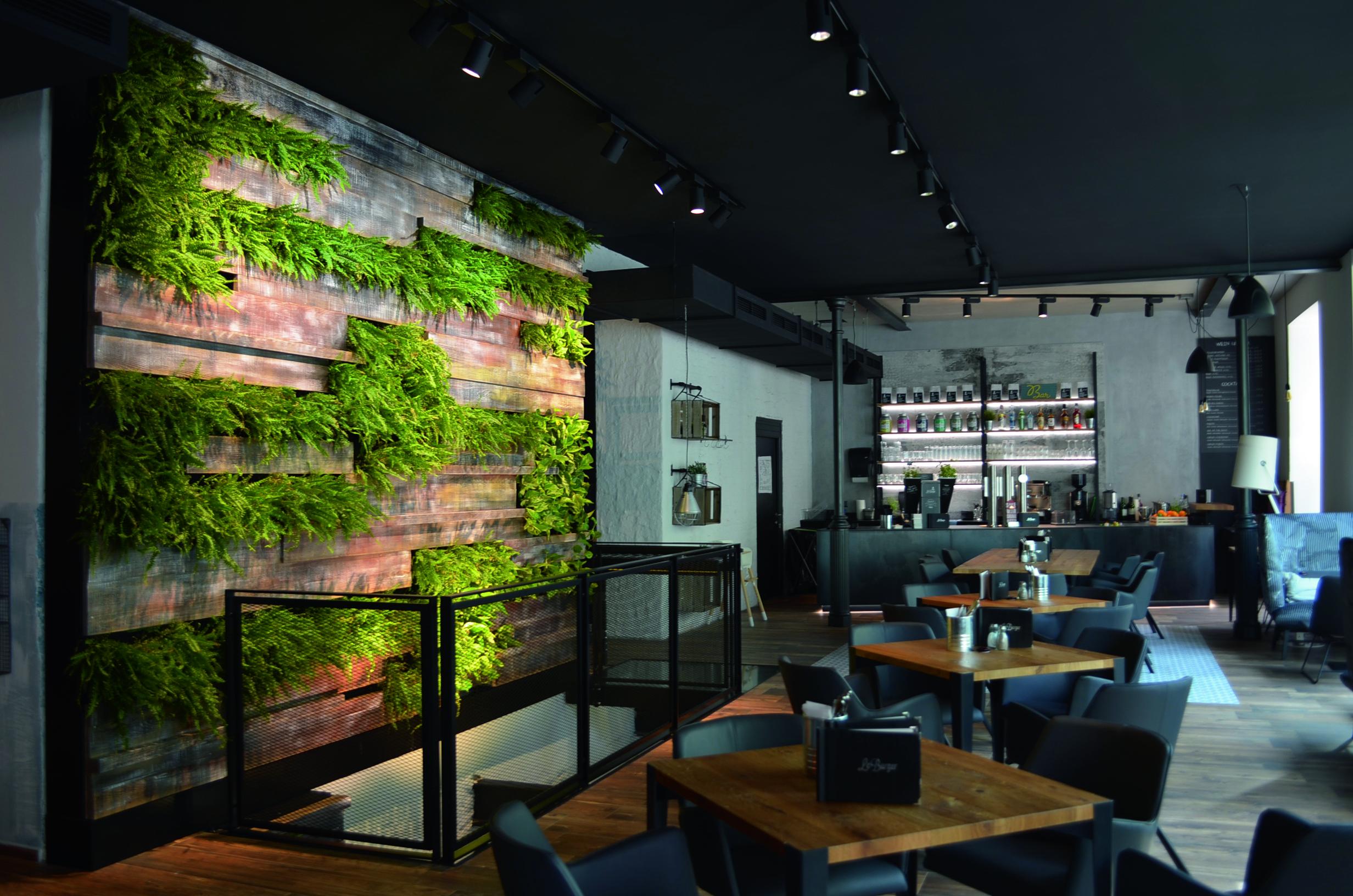 Begrünte Wand in einem Restaurant