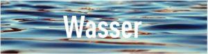 """Schriftzug """"Wasser"""" mit Bild einer Wasseroberfläche"""
