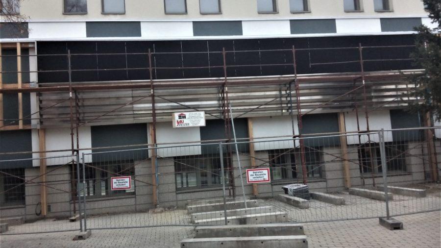 Montage der Begrünungssysteme an der Forschungsfassade HTL Camillo Sitte Bautechnikum